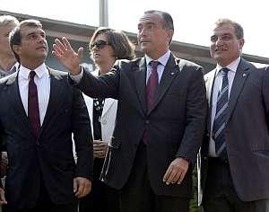 El presidente del FC Barcelona, Joan Laporta (i), junto al vicepresidente del área Institucional y Patrimonio, Joan Franquesa (d), y el vicepresidente del Área Deportiva, Rafael Yuste. (Foto: EFE)