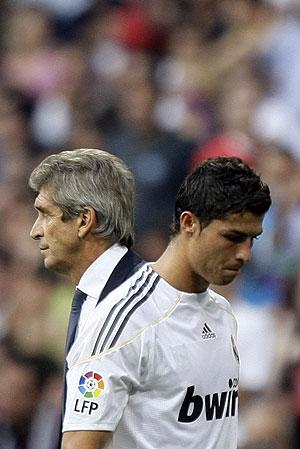 Pellegrini, en el cambio de Cristiano Ronaldo. (Foto: REUTERS)
