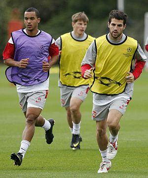 Cesc Fábregas (d) corre junto a Theo Walcott durante el entrenamiento previo al Arsenal-Olympiacos. (Foto: AFP)