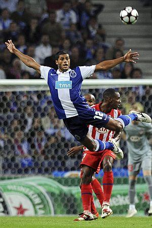 Hulk 'vuela' en presencia de Perea. (Foto: EFE)