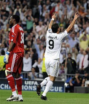 Cristiano celebra un gol ante Mandanda. (AFP)