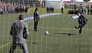 Zapatero lanza un penalti a Casillas. (EFE)