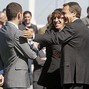 Casillas saluda a Puyol y Zapatero, durante un acto del centenario de la Federación. (Foto: EFE)