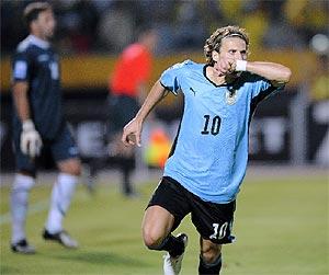 Forlán celebra el gol del triunfo. (Foto: AFP)