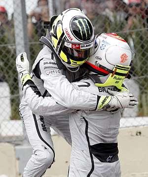 Jenson Button se abraza con Rubens Barrichello (dcha). (Foto: AFP)