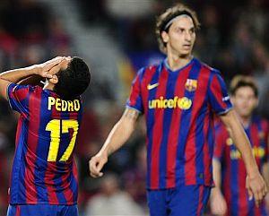 Pedro se lamenta ante un reflexivo Ibrahimovic. (Foto: AP)