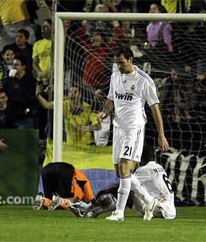 Los jugadores del Madrid se lamentan después de uno de los goles del Alcorcón. (Foto: AP)