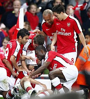 Los jugadores del Arsenal celebran el gol de Fran Mérida ante el Liverpool, en la Copa de la Liga. (AP)