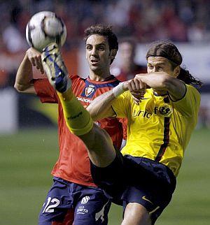 Chigrinski despeja ante Juanfran. (Foto: EFE)