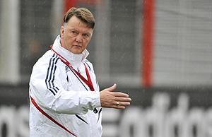 Louis van Gaal da instrucciones en el entrenamiento del lunes (Foto: AFP)