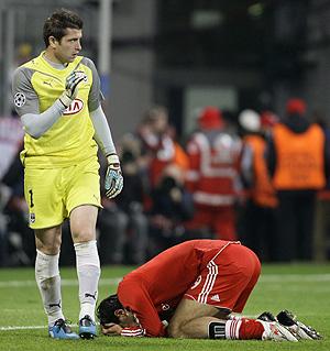 Luca Toni, tendido en el suelo delante del portero del Burdeos (Foto: Reuters)
