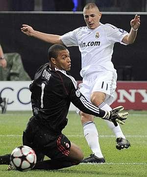 Benzema supera a Dida en el gol del Real Madrid. (AP)