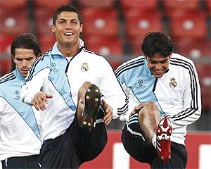 Cristiano Ronaldo, en el centro, junto a Gago (i) y Kaká.