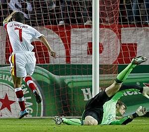Jesús Navas supera a Jens Lehmann en el gol sevillista. (EFE)