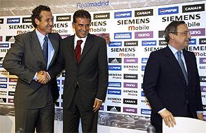 Jorge Valdano da la mano a Carlos Queiroz junto a Florentino Pérez, en junio de 2003. (Foto: A. CUÉLLAR)