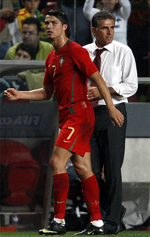 Cristiano pasa ante Queiroz tras retirarse lesionado ante Hungría. (Foto: REUTERS)