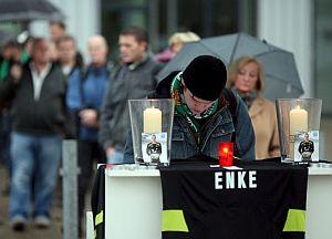 Aficionados del Hannover rinden homenaje al portero fallecido. (Foto: EFE)