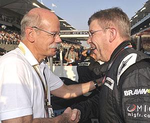 Dieter Zetsche, jefe de Daimler, estrecha la mano a Ross Brawn (dcha). (Foto: AP)