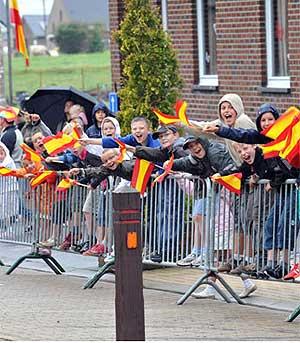 Niños belgas saludan el paso de la Vuelta por su país, el pasado septiembre. (lavuelta.com)