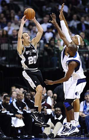 Manu Ginóbili trata de pasar el balón en el partido jugado ante los Mavericks de Dallas. (Foto: EFE)