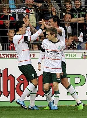 Los jugadores del Werder Bremen celebran uno de los goles. (Foto: EFE)