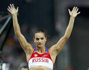 Yelena Isinbayeva saluda al público tras caer eliminada en el Mundial de Berlín. (Foto: EFE)