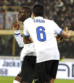 Balotelli celebra su gol ante el Bolonia. (Foto: AP)