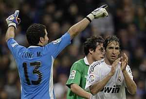 Raúl anima a su equipo en un momento del partido disputado ante el Racing. (Foto:AP)
