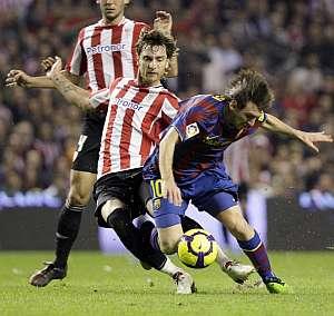 Amorebieta entra en falta a Messi. (AP)