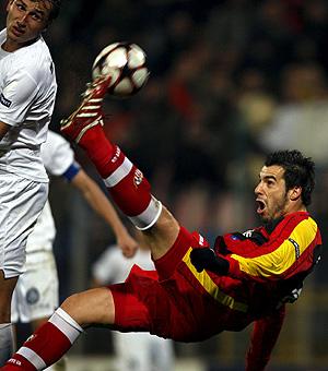 Negredo intenta un remate en el partido ante el Unirea. (Foto: EFE)