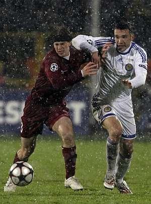Shevchenko trata de marcharse bajo la nieve de Cristian Ansaldi. (AP)