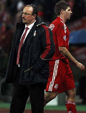 Gerrard y Benítez, con gesto grave tras el cambio en el descuento. (Foto: REUTERS)