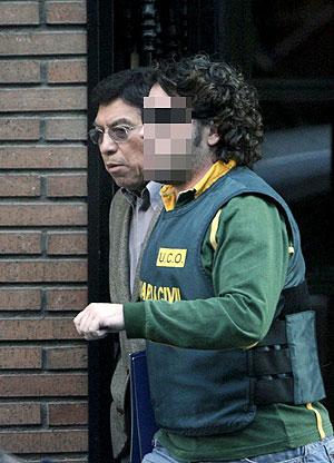 El doctor, Walter Viru, sale detenido por la Guardia Civil de su clinica en Valencia. (Foto: Efe)