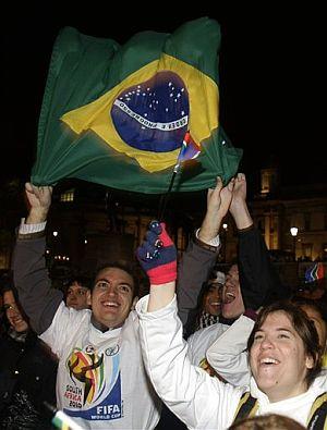Seguidores brasileños siguieron el sorteo en Londres. (AP)