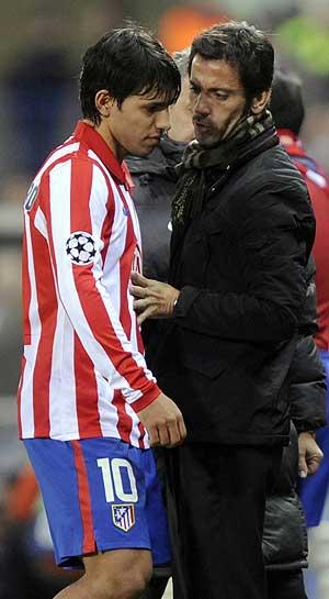 Quique y el Kun en el momento en que el jugador deja el campo lesionado. (Foto: REUTERS)