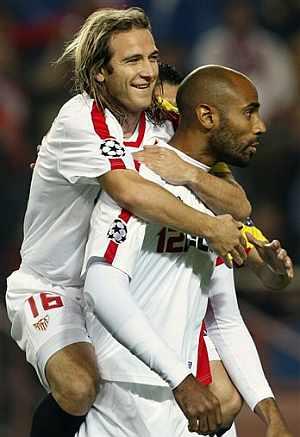 Kanouté, felicitado por Capel, tras marcar el gol de penalti. (AP)