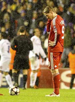 Fernando Torres, cabizbajo tras el gol de Gilardino. (Foto: EFE)