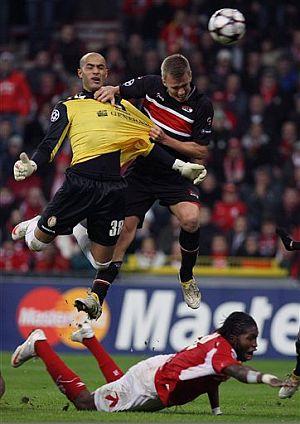 El portero del Standard consigue el gol que mete a su equipo en la Europa League. (Foto: AP)