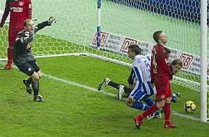 Jaroslav Drobny, guardameta del Hertha, celebra el segundo gol de su equipo, obra de Ramos. (AP)
