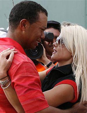 Tiger y Elin, tras la victoria de él en el Abierto Británico de 2006. (Foto: AP)