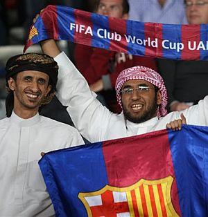 Aficionados locales apoyan al Barça en la grada. (Foto: AP)