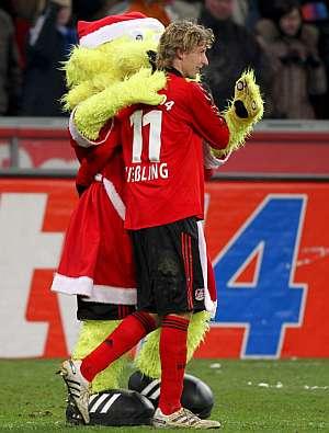 Kiessling celebra uno de los goles con la mascota del equipo. (Foto: EFE)