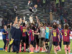 Los jugadores del Barcelona mantean a su técnico. (EFE)
