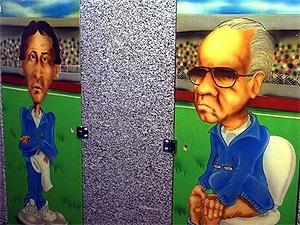 Caricaturas de Zico (i) y Zagallo (d) sentados en el retrete del 'Café del Gol' del que entonces era dueño Romario.