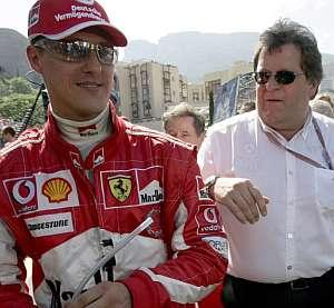 Fotografía del 22 de mayo de 2005 con Michael Schumacher (i) y el director deportivo de Mercedes Nobert Haug, tras el Gran Premio de Mónaco en Monte Carlo. (EFE)