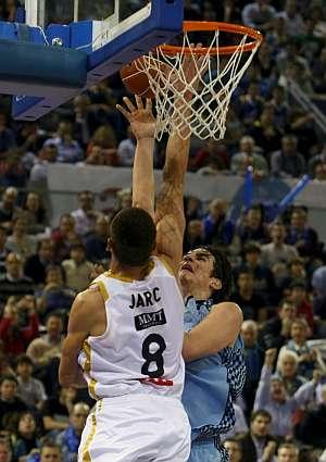 Marko Jaric intenta taponar a Carlos suárez durante el Estudiantes-Real Madrid. (Foto: EFE)