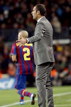 Josep Guardiola da instrucciones a sus jugadores durante el partido. (EFE)