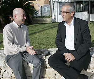 Manzano charla con Orfeo Suárez. (Foto: Jordi Avellà)