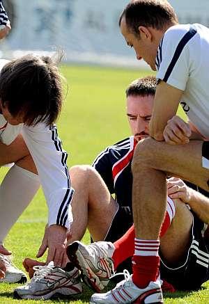 Ribery, atendido durante un entrenamiento en Dubai. (Foto: EFE)