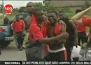 Varios jugadores de Togo lloran tras el ataque. (Foto: AP)